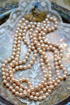 Pearls via Ana Rosa ✿⊱╮ Pearl Love, Pearl And Lace, Vintage Pearls, Vintage Jewelry, Pearl Jewelry, Pearl Necklace, Strand Necklace, String Of Pearls, Blue Dream