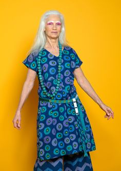 Printed dress in crinkled cotton voile. Style cut at the bodice and with a box pleat in front that gives a little extra width and makes the garment easier to wear. With V-neck and short sleeves, it's perfect to wear a top underneath.