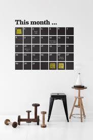 Gör egen väggkalender med svart papper och vit tusch. Skriv på kalendern genom att lägg post-it lappar på dagarna.
