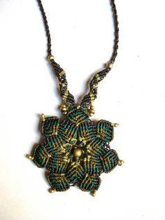 "Makramee+Kette+""güner+Lotus""+Blume,+grün,+gold+von+*Magic+Knots*+auf+DaWanda.com"