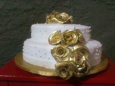 Bolo Branco com Rosas Douradas