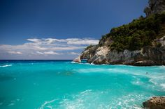 """Culture millénaire, eaux turquoises, villages fantomes et urbanisations VIP pour les clients les plus """"select"""" de la planète... Bienvenue en Sardaigne !"""