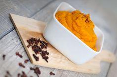 Puree van pompoen of pompoenpuree is een heerlijk en gezond alternatief voor de standaard aardappelpuree. Puree van pompoen past goed in een koolhydraatarm dieet.