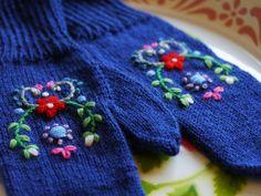 Wool embroidered mittens - follow our workshop  'embroidery'  http://www.bonthuishouden.nl/handwerklessen/borduren/