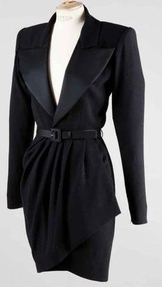 Yves SAINT LAURENT Haute couture n°64260 Automne - Hiver 1988/1989 Robe smoking en crêpe laine noir, revers du col châle cranté en satin sur un décolleté en pointe, manches longues, jupe droite à effet… - Gros & Delettrez - 14/10/2013