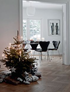 Home Shabby Home: Minimalistic Nordic Christmas Scandinavian Christmas Decorations, Decoration Christmas, Nordic Christmas, Noel Christmas, Modern Christmas, White Christmas, Holiday Decor, Minimal Christmas, Christmas Tables