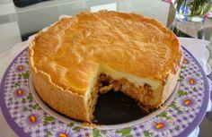 A Torta de Frango Cremosa é perfeita para o lanche da sua família, pois é feita com uma massa leve e crocante e coberta com queijo, frango refogado e um cr