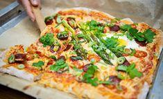 Brunssi on loistava tapa juhlistaa vappupäivää. Jos ilmat eivät salli piknikiä, voi brunssin järjestää myös sisätiloissa ja kutsua mukaan ystävät ja perheen. Suolaiseksi tarjottavaksi sopii tuhti, mutta keväinen brunssipizza. Chorizo, Vegetable Pizza, Tapas, Catering, Food And Drink, Cooking Recipes, Baking, Vegetables, Food Recipes