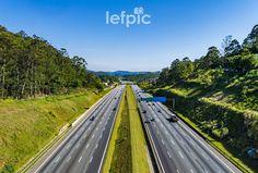 • Estradas - A Rodovia dos Bandeirantes é uma importante via do estado de São Paulo, Brasil. Liga a capital paulista à cidades do interior, como Campinas e Limeira. Foto tirada no trecho que atravessa o bairro do Jaraguá, zona oeste da cidade. 📷 by Leandro Floriano Download da imagem no #iStock: https://www.istockphoto.com/…/rodovia-dos-bandeirantes-são-… #highway #road #street #urban #car #truck #garden #forest #environment #nature #landscape #beauty #photo #pic #instaphoto #instapic…