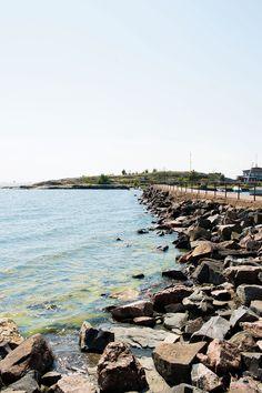 Aallonmurtaja yhdistää Liuskasaaren ja Uunisaaren.