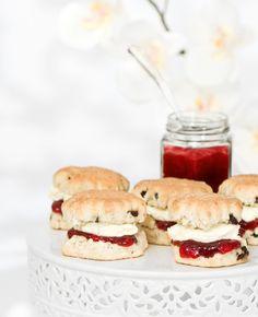 Een scone is een Engelse lekkernij dat tussen een gebakje en een broodje zit, en wordt vaak gegeten bij de thee. Zelf scones maken is heel eenvoudig!