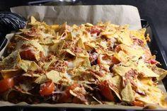 Herkullinen nachopelti sopii herkutteluun ja on mainio ruoka esimerkiksi leffailtoihin! Good Food, Yummy Food, Tasty, Paleo Recipes, Cooking Recipes, Food Porn, Cabbage Recipes, Comfort Food, Savory Snacks