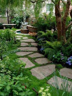 Une allée de jardin zen fait de pas japonais en pierre naturelle