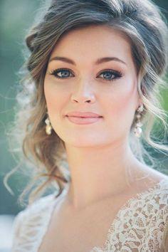 Noiva linda! Maquiagem delicada e ao mesmo tempo marcante. | via Lápis de Noiva