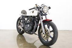 Linda Cafe Racer - Yamaha SR500 by Lossa Enginering.  Long Beach, Califórnia.  Vale a pena conferir o site. Tem muita coisa boa.  http://www.lossaengineering.com/
