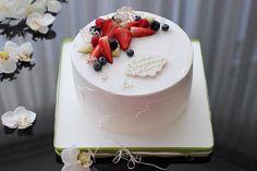 Один из самых полюбившихся тортиков - медовик с вишней❤️ в нежно белом креме и фруктовыми аксессуарами