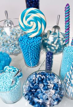 A balanced assortment of blue color shades makes this candy buffet design perfect for a variety of parties and events. Plus, the mixture of chocolates with fruity flavors offers a delicious candy feast for all! Blue Candy Buffet, Candy Buffet Tables, Dessert Buffet, Candy Table, Buffet Ideas, Sweet 15, Theme Bapteme, Caramel Mou, Bar A Bonbon