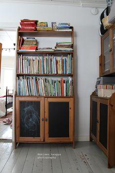 Loputonta remonttia vanhassa kaupassa, josta on tullut meidän koti. Corner Bookcase, Home Decor, Decor, Shelves