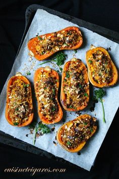 Délicieuses Butternuts rôties, garnies quinoa, amandes et parmesan Pumpkin Recipes, Veggie Recipes, Vegetarian Recipes, Healthy Recipes, Quinoa, Healthy Cooking, Cooking Recipes, Good Food, Yummy Food
