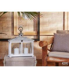 LANTERNA LEGNO CON TETTO Originale lanterna rettangolare in legno bianco per la base e colore naturale per il tetto, sormontato da un manico in metallo. Altezza: 470 mm Larghezza: 420 mm Profondità: 160 mm