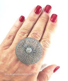 Edelstahl-Wechselring mit abschraubbarem Oberteil aus fingergestricktem Edelstahldraht mit einer Süßwasser-Perle im Inneren. Durchmesser des Oberteils: 4 cm Breite der Ringschiene 8mm, Ringgröße wählbar... Falls nur das Oberteil gewünscht wird, das auf alle gängigen