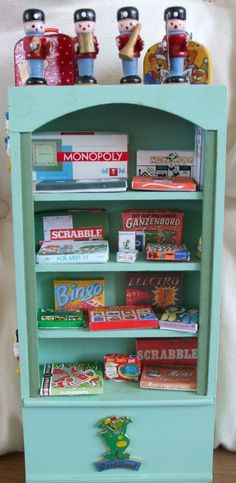 De spelletjeskast Toys Shop, Lab, Bookcase, Shelves, Home Decor, Shelving, Homemade Home Decor, Shelf, Open Shelving