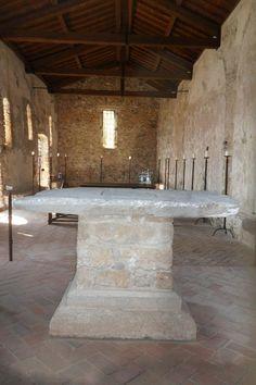 L'altare della Chiesa medievale di San Lorenzo a Varigotti.  http://www.chiesasanlorenzovarigotti.it