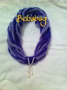 Collana all'uncinetto in lana viola con filo in perle