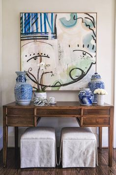 Home of Emily Hertz - Glitter Guide A Sally Benedict painting mixes beautifully with a collection of blue and white Chinese porcelain in the foyer. *** Visit the image link for more details. Elegant Home Decor, Elegant Homes, Elegant Chic, Consoles, Chandeliers, Bright Homes, Chinoiserie Chic, Southern Homes, Hallway Decorating