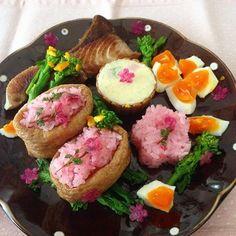 いなり寿司も桜色。 ピンクのご飯は、黒米とお酢で作ります。