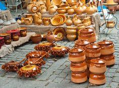 PERERUELA. De este pueblo se dice que sale el mejor barro para hacer cazuelas y hornos de leña. En el vídeo verás como hacen las mujeres los hornos!