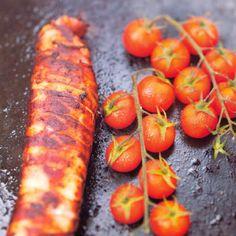 Gegrilde varkenshaas in bacon met kerstomaatjes, uit het kookboek 'Heerlijke hapjes a la plancha en de frytop'. Kijk voor de bereidingswijze op okokorecepten.nl.