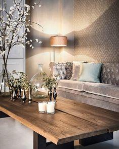 Sofá em veludo nude e mesa em madeira de demolição. Materiais e texturas contrastantes e que deu super certo.