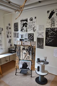 black and white atelier Reggio Classroom, Classroom Setup, Classroom Displays, Reggio Emilia, Art Area, Learning Spaces, Play Spaces, Classroom Environment, Classroom Inspiration