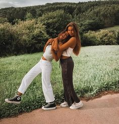 Pinterest: emafl1 ☆ Best Friends Shoot, Best Friend Poses, Cute Friends, Cute Friend Pictures, Friend Photos, Best Friend Photography, Instagram Pose, Cute Poses, Insta Photo Ideas