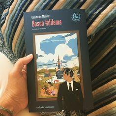 Leer también es viajar. Se acaba de presentar la segunda novela de Cósimo de Monroy -Bosco #dilema Un viaje a un mundo de tentaciones y expectativas incumplidas. Sueño y realidad se funden en una divertida parodia en la que corruptos pitonisas terroristas y folklóricas bailan a ritmo de jazz. El libro editado por Euforia Ediciones fue presentado ayer #diadellibro