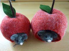 Mäuschen im Apfelhäuschen. Ein Glück hat die meine Katze nicht gesehen, die wären das ideale Spielzeug gewesen. Das Filz habe ich um einen L...