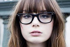 mujer con gafas y delineador claro