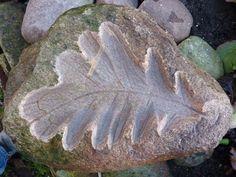 sierstenen blad, eik, vogelbadje gemaakt van een zwerfkei