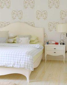 """Très beau motif de vignes de 14"""" x 13"""". Il est idéal sur un meuble ou une armoire et peut également habiller un mur comme ci-dessus. Royal Design Studio Stencils."""