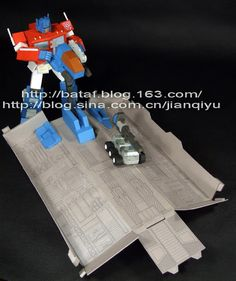 [transformers universe] optimus prime v9 poseable with trailer