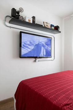 Prateleiras para quarto 21 - Prateleiras para quarto: Como decorar e organizar ao mesmo tempo! Gamer Room, New Room, Home Bedroom, Console, New Homes, Sweet Home, Room Decor, House Design, Decoration