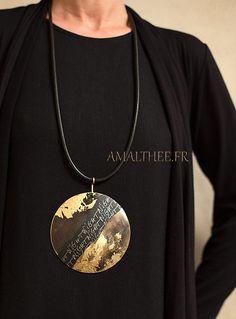 designer de jóias: Folha disco de bronze oxidado ouro patinado com caligrafia originais