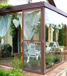 Prostorná moderní zimní zahrada s pevnou konstrukcí a prosklenými posuvnými dveřmi pro pohodlné zacházení. Od Profiltechnik. #wintergarten