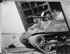 Politionele actie in Indonesie, Een Sherman tank van het korps Mariniers verlaat…