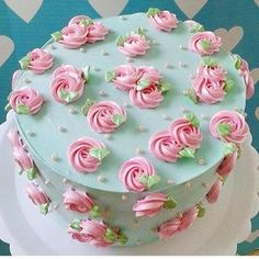 Gostei muito deste bolo que vi no @blogamormaisamor. #ideiasdebolosefestas #festainfantil #casamento #noivado #primeiracomunhao por Gordices da Mah