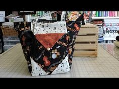 Quick And Easy Reversible Fat Quarter Bag - FREE sewing video - Sew Modern Bags Cosmetic Bag Tutorial, Purse Tutorial, Diy Pouch No Zipper, Diaper Bag Purse, Fat Quarter Projects, Shabby Fabrics, Fabric Bags, Quilted Bag, Fat Quarters