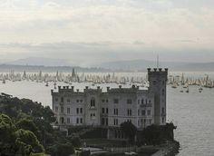 第46届 Barcolana 帆船赛在 Trieste 湾举行,数百艘帆船行驶在海面上,意大利 Italy。船赛始于1969年,在每年10月的第二个星期日举行,今年共吸引1878艘帆船参赛。摄影师:Paolo Giovannini