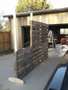 Pallet Screen / Room divider. A quick way to make privacy screen for the garden or work area. This ladies husband made this one as a room divider for her shop. Simple & quite ingenious idea ;)