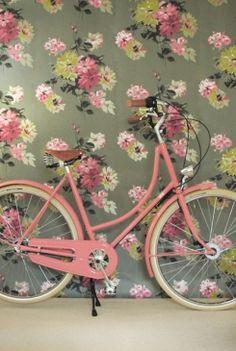 bicicleta rosinha e papel de parede floral fofo